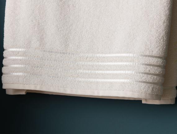 Maynor Bordürü Floşlu Banyo Havlusu - Ekru - 70x140 cm